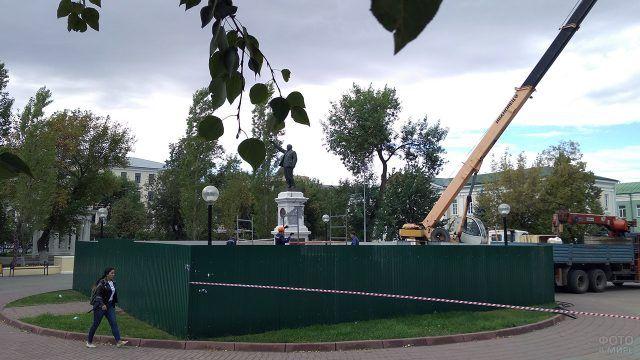 Демонтаж памятника Ленину на улице Советской в Оренбурге