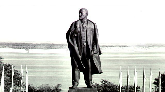 Историческое фото бронзовой пятнадцатиметровой статуи Ленина