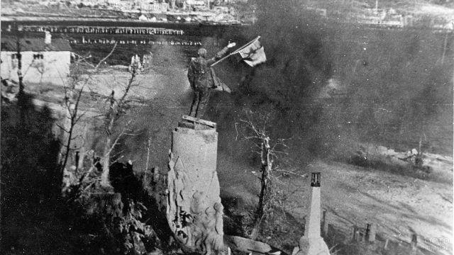 Историческое фото памятника Ленину в освобождённом Новороссийске 1943