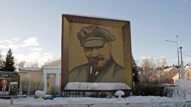 Мозаичный портрет Ленина на стеле
