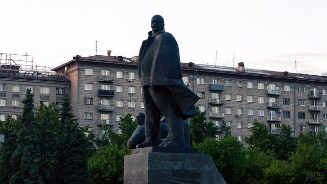 Новосибирская скульптурная группа Ильича с революционерами