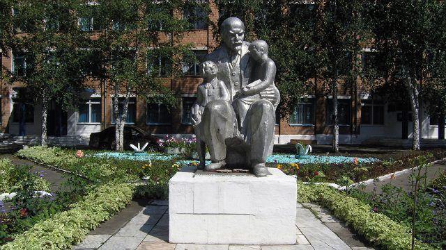 Памятник Ленин с детьми
