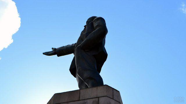 Памятник Ленину на высоком постаменте