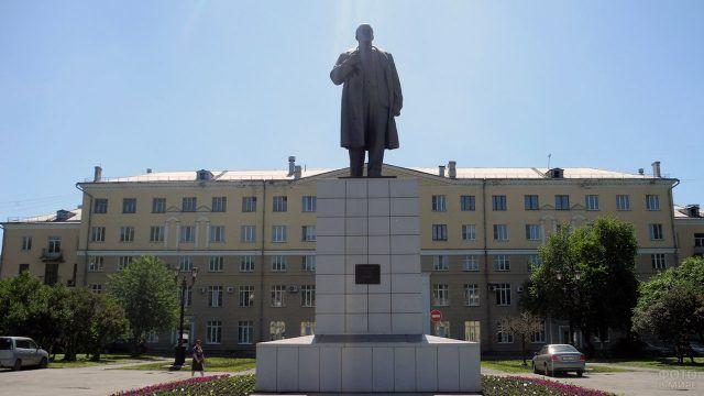 Памятник перед администрацией Новокузнецка