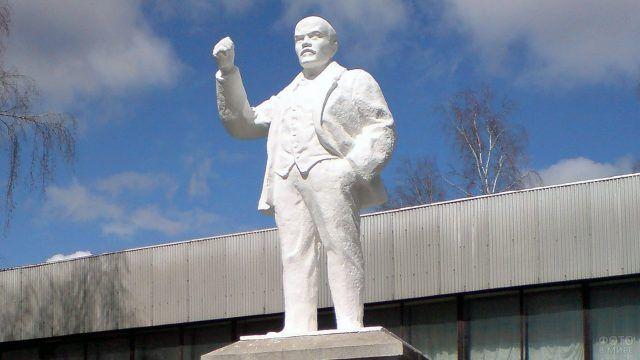 Первый в мире памятник Ленину