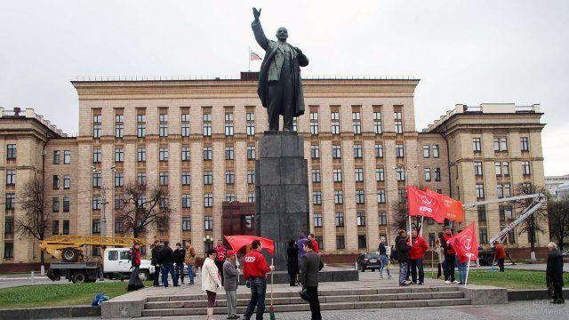 Подготовка митинга КПРФ возле памятника Ленину в Воронеже