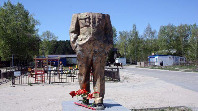 Разрушенный памятник Ильичу в Томской области