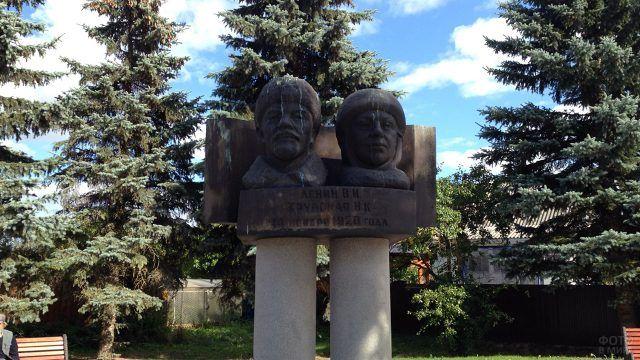 Редкий монумент Ленину и Крупской в Яропольце