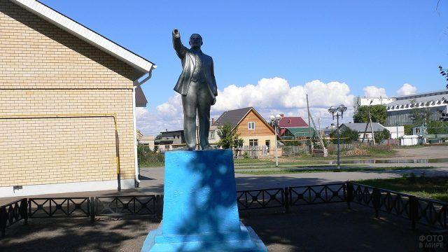 Скромная скульптура Ленина 1935 года в Набережных Челнах