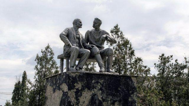 Скульптурная композиция Ленин и Горький