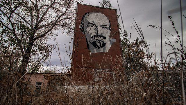 Стела с Лениным