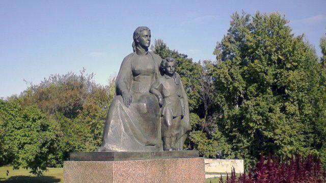 Типовой групповой памятник Ульянову-Ленину с матерью