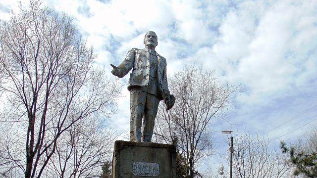 Ветхий памятник Ленину перед реставрацией в Молдове