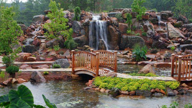 Деревянный мостик у водопада в саду камней