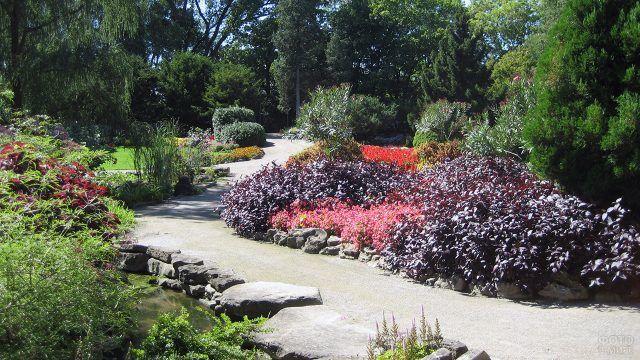 Дорожка с клумбами в каменном саду