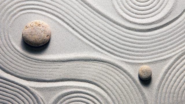 Дзен-медитация в мини-саду камней вид сверху