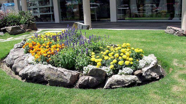 Европейская садовая клумба стилизованная под сад камней