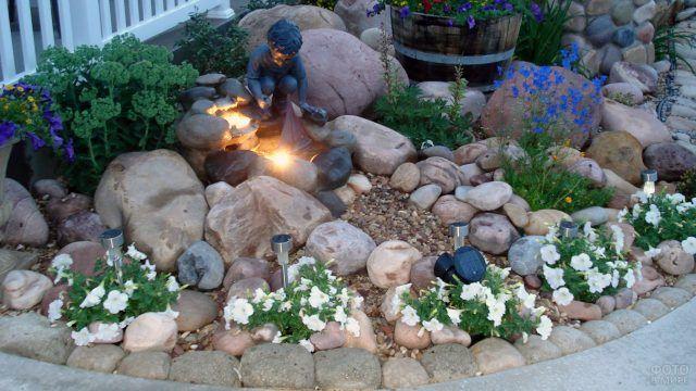 Европейский сад камней с садовыми фигурками и подсветкой