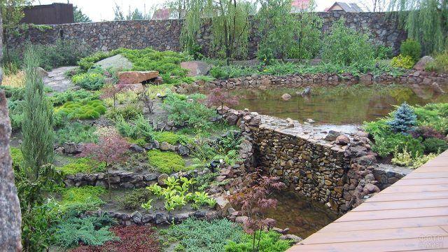 Иммитация дикого сада с природным садом камней