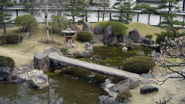 Искусственный пруд в саду камней