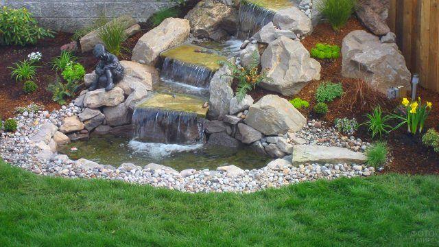 Японский водопад с камнями на английском газоне