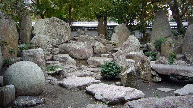 Каменные глыбы в саду камней