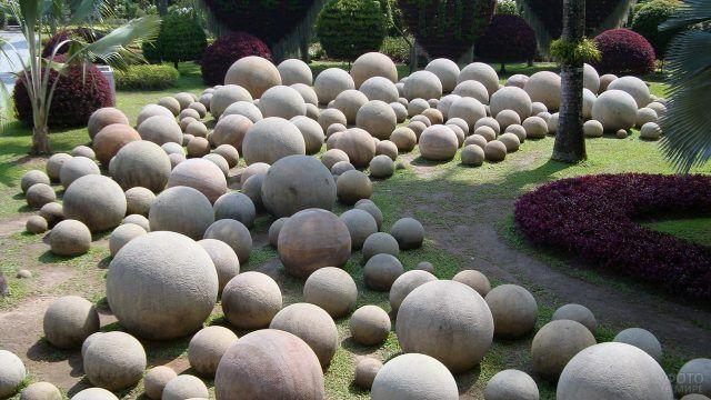 Круглые глыбы в геометрическом саду камней