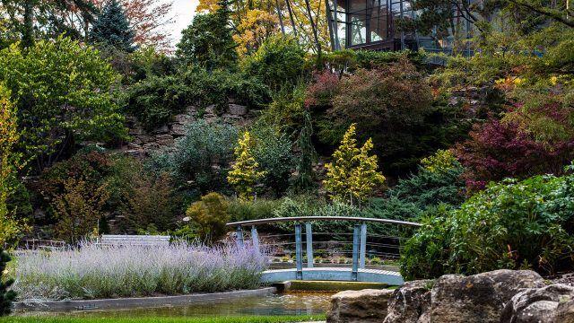 Мостик в Королевском ботаническом саду с рокарием
