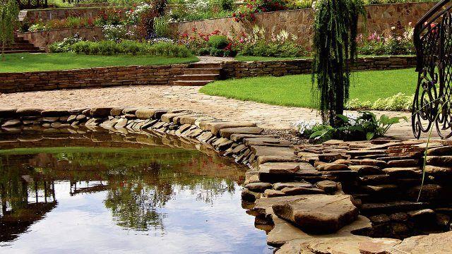 Оригинальный газон с дорожками в стиле сада камней