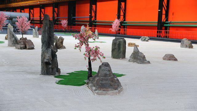 Павильон с садом камней и цветущей сакурой