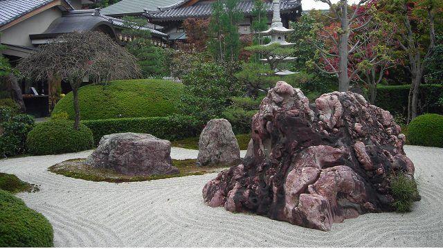 Розовая глыба в японском дзен-саду