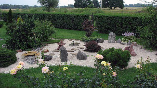 Сад камней на зеленой лужайке