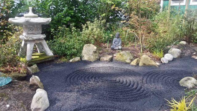 Статуя Будды в саду камней