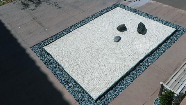 Традиционный японский сад камней - сухой пейзаж
