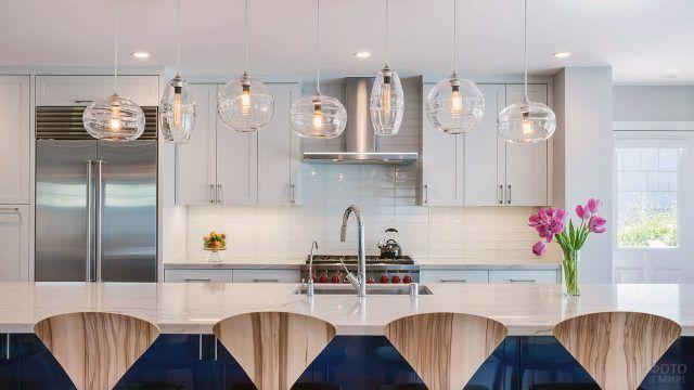 Барная стойка с ярким акцентом в белой кухне