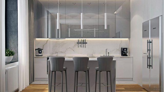 Дизайнерская кухня в минималистичном стиле с мраморным фартуком и хромированными фасадами