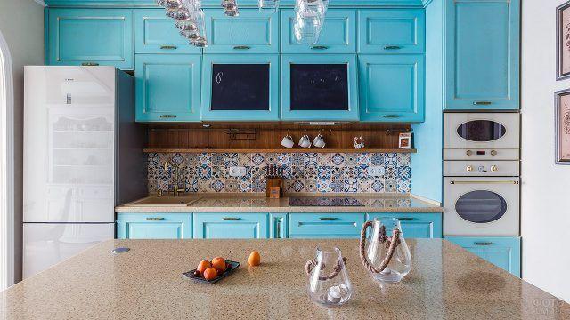 Голубая кухня с восточным орнаментом на фартуке