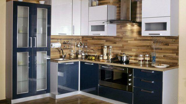Интерьер угловой чёрно-белой кухни с фартуком из натурального дерева