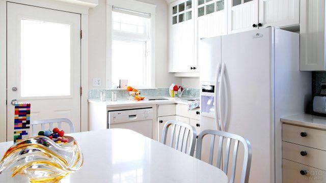 Яркие акценты в интерьере белой типовой кухни