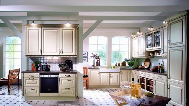 Красивая просторная кухня в классическом стиле с гарнитуром мятного цвета