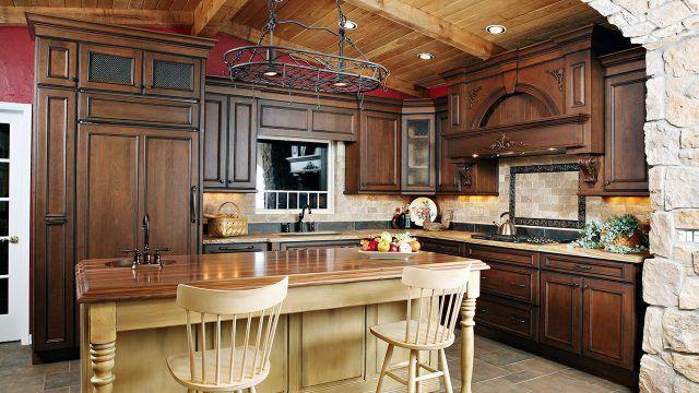 Кухня из натурального дерева в сельском стиле