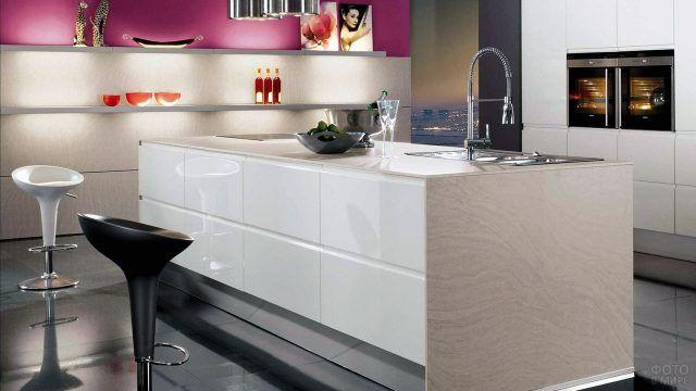 Минималистичный интерьер современной чёрно-белой кухни с ярким акцентом