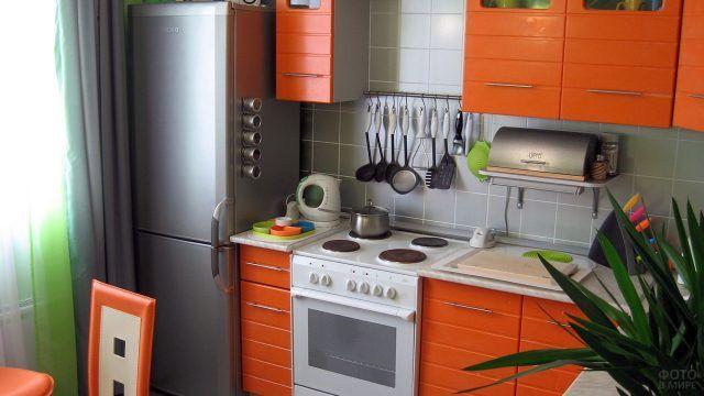 Оранжевые фасады в интерьере типовой кухни