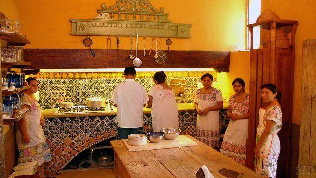Персонал мексиканского ресторана на аутентичной кухне