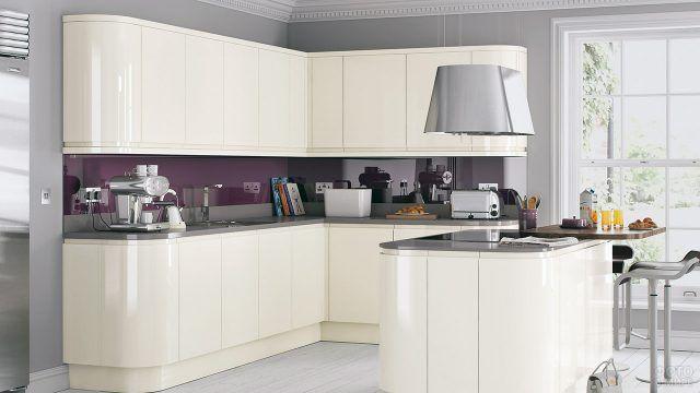 Роскошная кухня с бордовым фартуком в современном стиле
