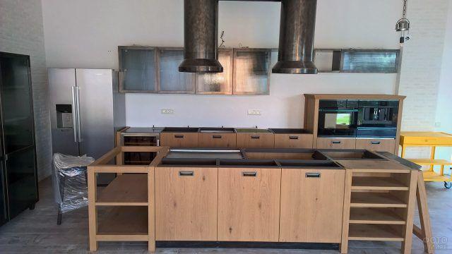 Собранный новый кухонный гарнитур еще без столешницы