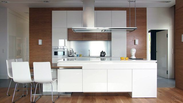 Современная кухня с классическим контрастным интерьером