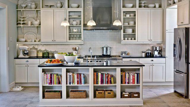 Стильная кухня с типовой мебелью и яркими акцентами