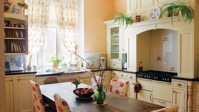 Светлая кухня декорированная уютным текстилем