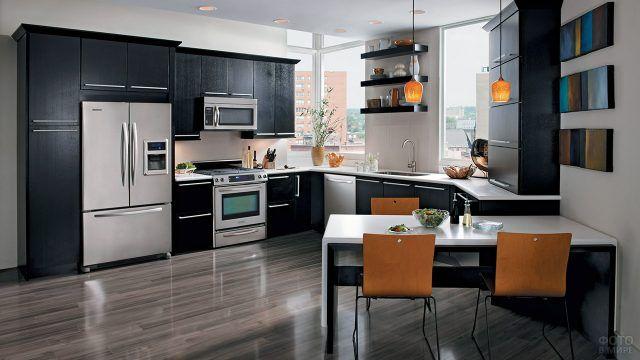 Светлая кухня с тёмным интерьером из дерева цвета венге